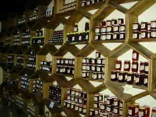 Pots de miel dans les rayons